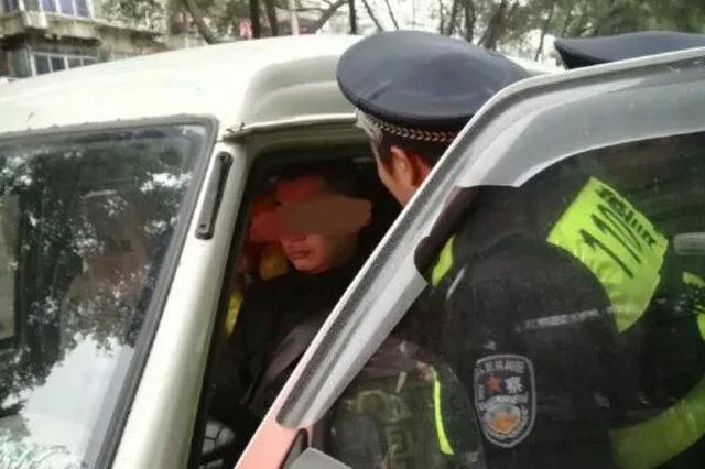 咋回事?柳州未熄火高顶篷停在路中间 喊司机却无反应