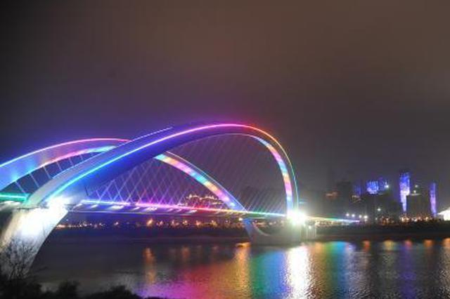 广西南宁春节城市灯光秀走红 传递吉祥年味