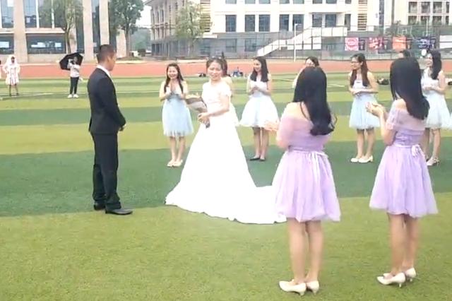 浪漫!毕业合影变婚礼现场 全班同学为他们当伴郎伴娘