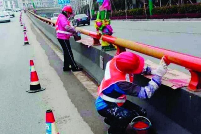 桂林北辰立交桥防撞护栏变色 红白相间提高警示效果