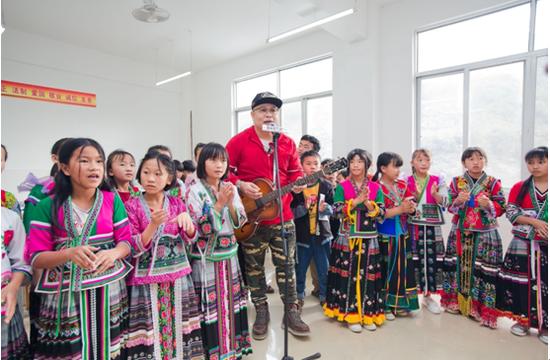 徐洲老师给孩子们带来声情并茂的音乐教学课