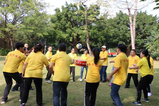 市福彩中心员工积极参加户外拓展训练