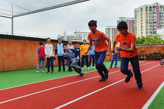 在南宁市孤残儿童特殊教育学校,孩子们正在上体育课