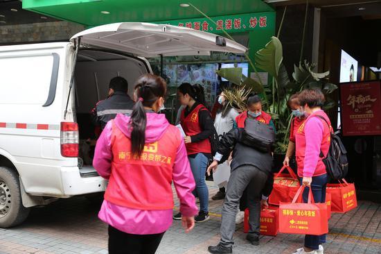 志愿者忙著打包、運送愛心年夜飯