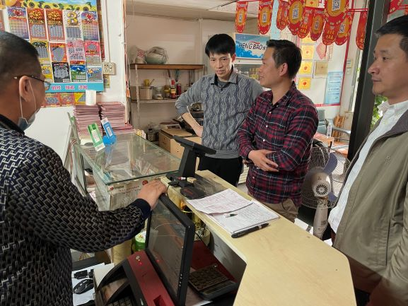 图2:市民政局慈善社工科李道松科长一行走访福彩销售站点