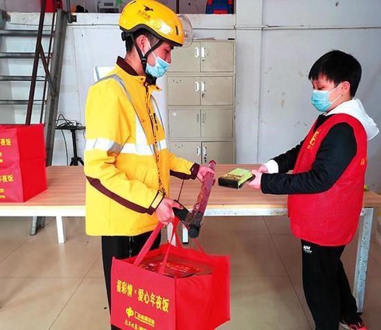志愿者為外賣騎手送上愛心禮物