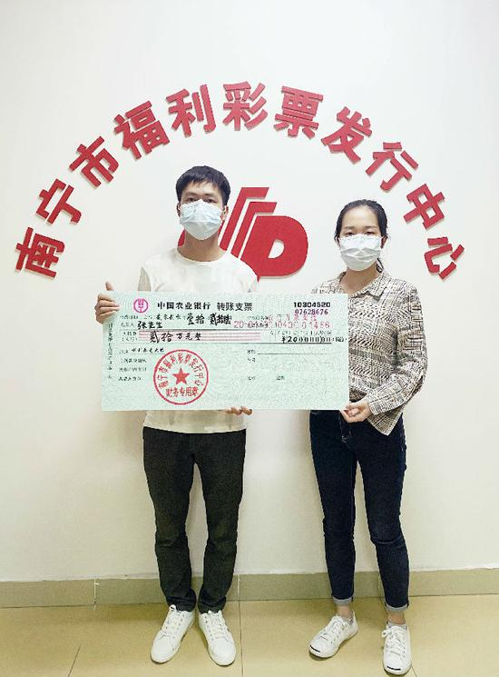 市福彩中心工作人员为张先生颁奖