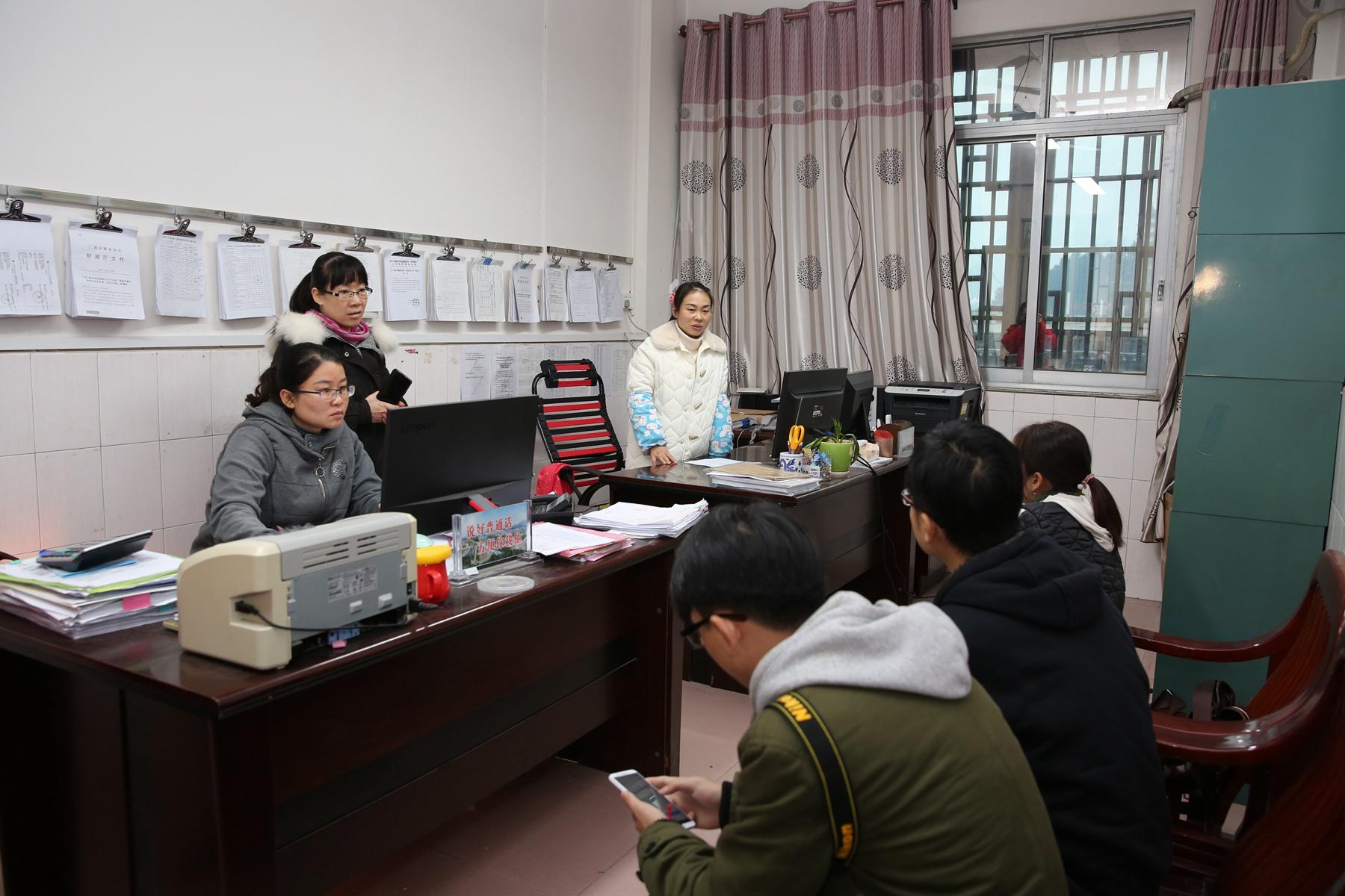 环江县民政局财务科工作人员向探访团成员介绍福彩公益金使用的具体情况