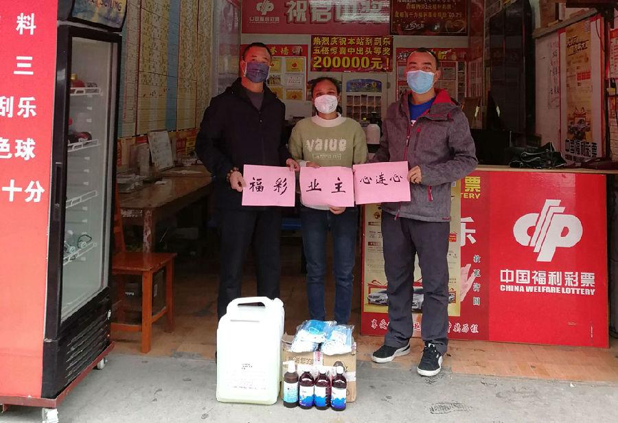 贺州管理所所长梁江华(右一)接收爱心防疫物资