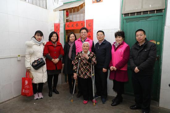 中心党总支慰问七星社区残疾孤寡老人