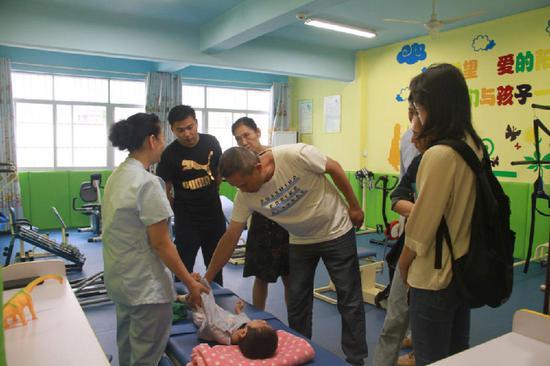 探访团成员在百色儿童福利院了解在院孤儿的情况
