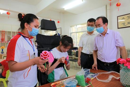 朱学庆在钦州市儿童福利院手工房参观