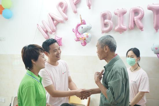 图3:院内老人对南宁市福彩中心人员表示感谢