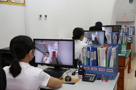 广西福彩中心员工、物业公司员工收看新华网云直播频道的《公共机构能源节约经验交流云直播——走进四川》
