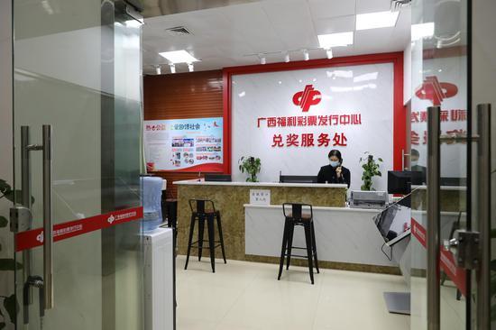 广西福彩中心兑奖服务处工作人员当晚仍在等候大奖得主的出现