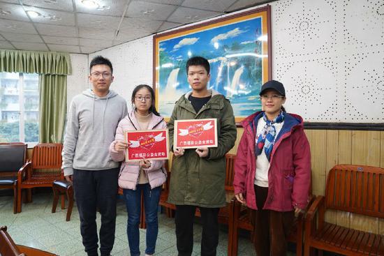 柳州铁一中学的两名学子收到福彩助学金