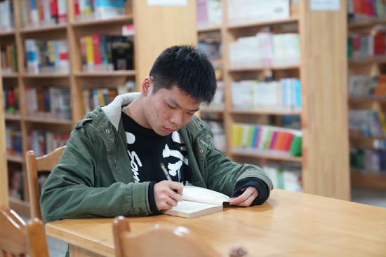 韦意希在图书馆阅读