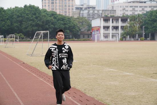 平时在学校因为学习很紧张,韦意希最喜欢课余到操场去跑步