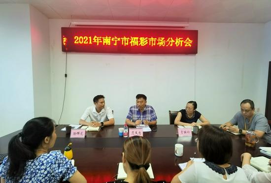 图2:市民政局党组成员、副局长范文忠在会上讲话