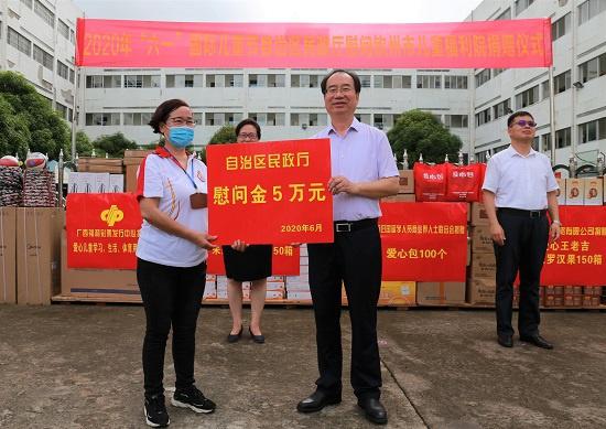 朱学庆代表自治区民政厅送上5万元慰问金