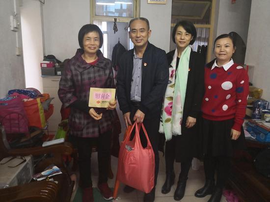 中心第二党支部慰问建园社区残疾人家庭