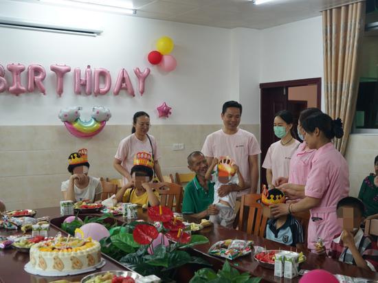 图2:南宁市福彩中心人员与孤残儿童交流