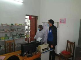 彭景亮在村卫生所协助工作