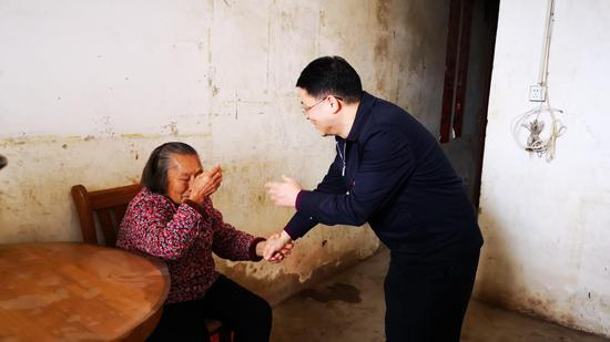 中心党总支书记杜波在武鸣区红岭社区看望困难群众