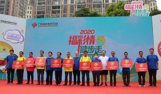 廣西福彩中心、貴港市民政局、崇左市民政局相關領導向桂平市社步鎮的10名貧困戶代表發放慰問金