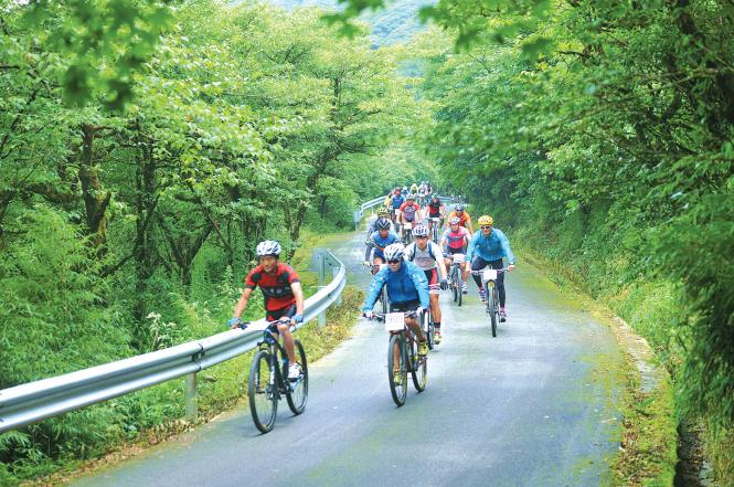 2017多彩贵州自行车赛:1200名骑手挑战苗岭第一高峰