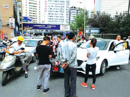 贵阳:两车相撞扯皮阻路 经市民劝说同意各自维修
