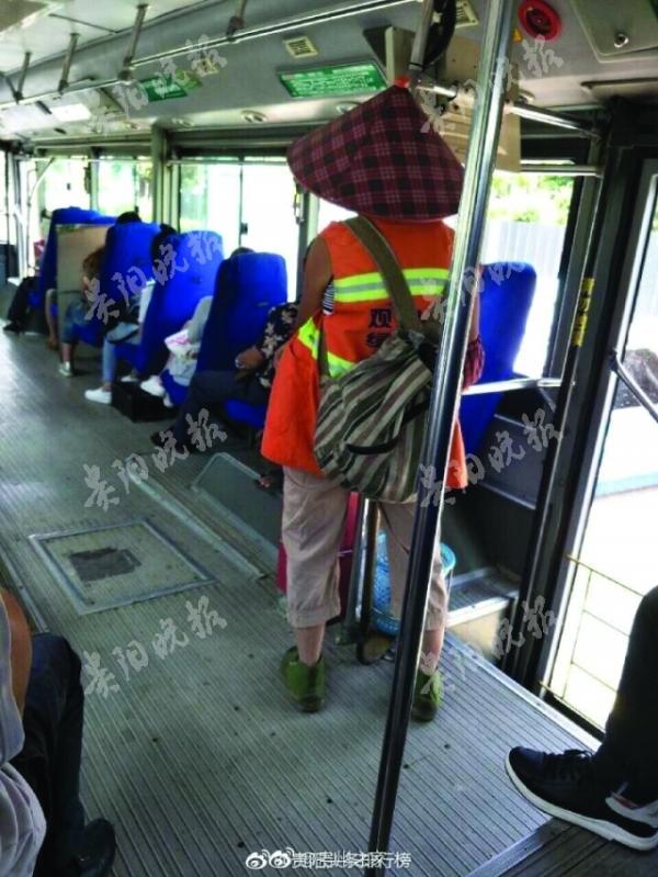 环卫工怕弄脏座位不入座 公交部:希望劳动者安心坐下