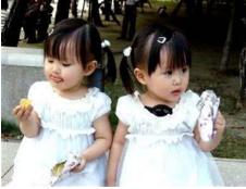 贵阳:大人忙生意 2岁双胞胎女孩走失