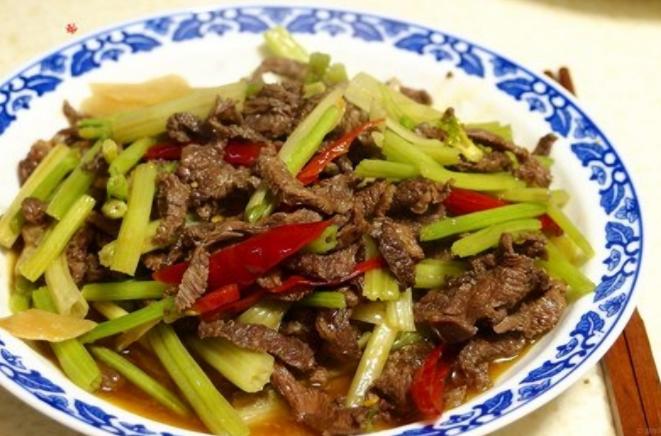 芹菜牛肉作為一道眾人皆知的家常菜