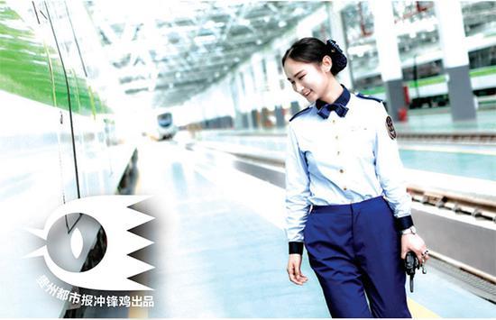 樊唐兵正在对列车进行检查。