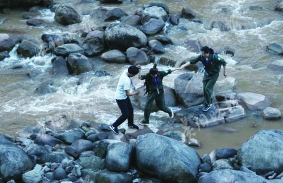 大白塘,习水河畔的一个村庄,四周是高耸的山崖和茂密的森林。