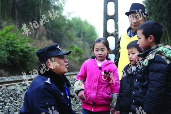 叶建忠向孩子们宣讲铁路安全常识