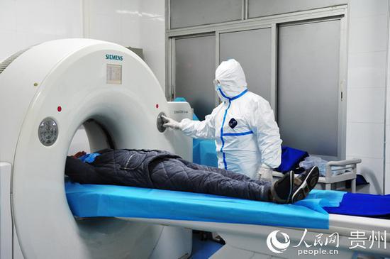 贵州医科大学附属医院影像科医生 许力行 为患者做肺部的ct复查。贵州省卫生健康委供图