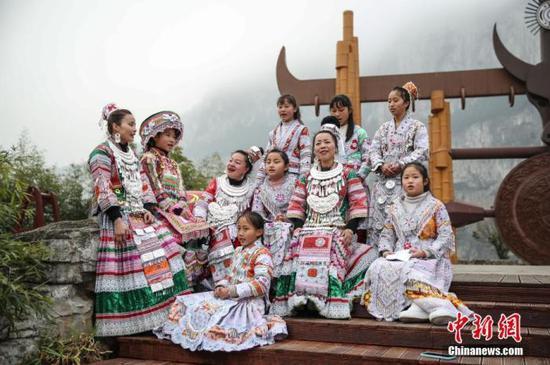 图为2月4日,贵州黔西化屋村村民在广场上齐唱苗歌。 中新社记者 瞿宏伦 摄