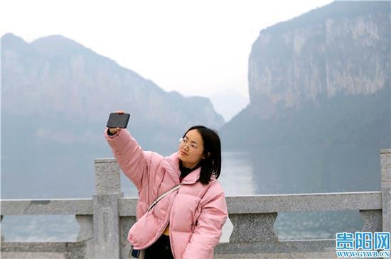 到化屋村游玩的旅客拍照留念。