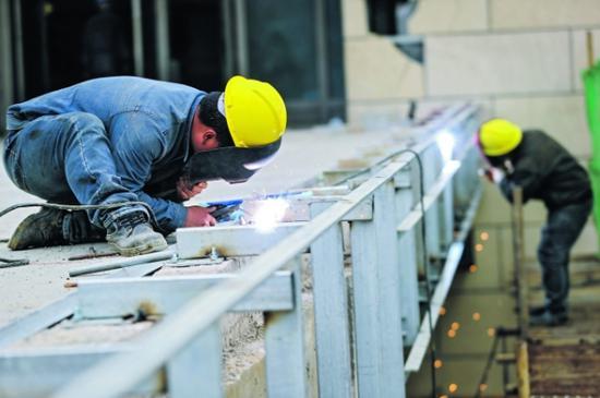 施工人员在进行焊接施工。