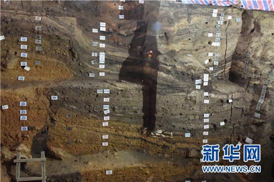 招果洞遗址的文化堆积层(局部)。新华社记者施钱贵摄