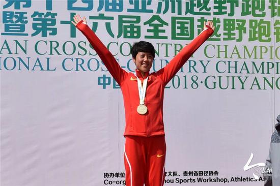 获得女子成年8公里越野冠军的李丹