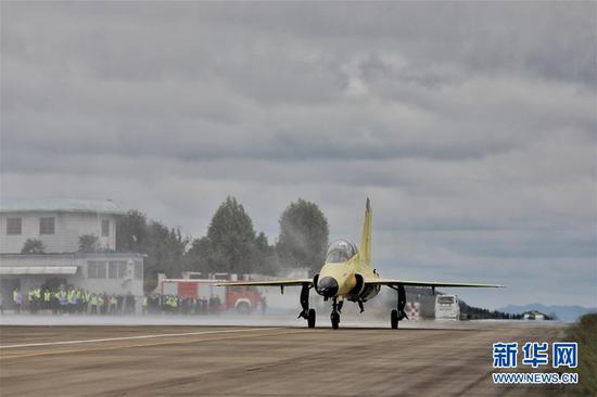9月28日,国产多用途飞机FTC-2000G在跑道上滑行。 当日11时08分,由中国航空工业贵飞自主创新研制、具有完全自主知识产权的多用途飞机FTC-2000G首架飞机在贵州安顺机场首飞成功。 新华社记者 欧东衢 摄