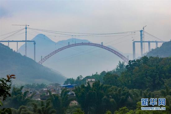 无人机拍摄的大小井特大桥(9月12日摄)。目前,横跨在贵州省罗甸县大井河上的大小井特大桥正在建设中。该桥全长1.5公里,主跨450米。(新华社记者 刘续 摄)
