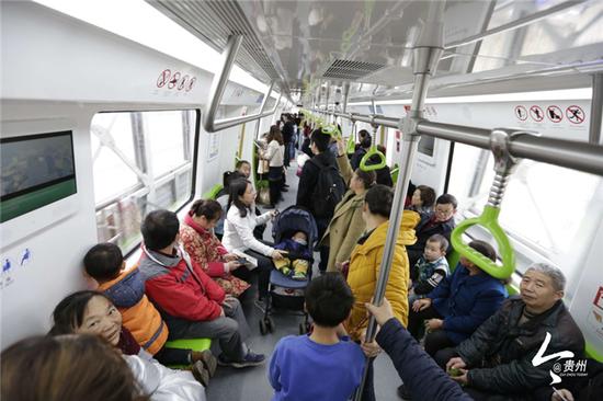 乘客有序乘坐贵阳地铁