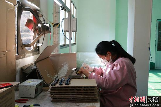 七星关区长春堡镇清塘社区扶贫车间工人正在焊锡。赵梦楠 摄