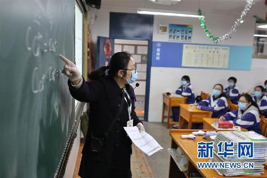 3月16日,贵阳市第六中学高三教师在教室内授课。新华社记者 欧东衢 摄
