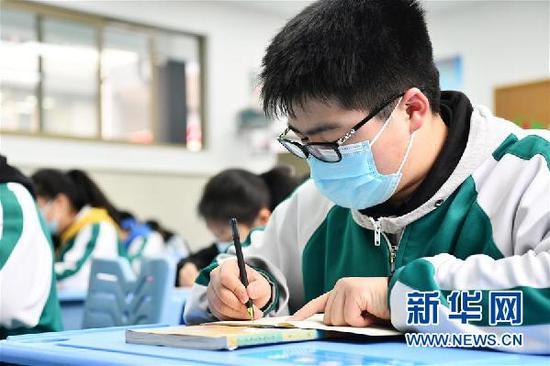 3月16日,贵阳市南明区第一实验中学初三年级学生在课堂上做笔记。新华社记者 杨文斌 摄