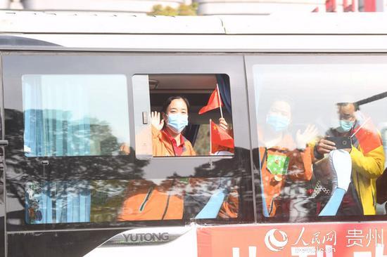 援鄂医疗队在车上与前往接机的领导和市民挥手致谢。郑雄增 摄